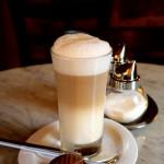 Milchkaffee enthält meist Lactose.